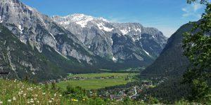 Das Leutasch-Tal ist umgeben von hohen Bergen