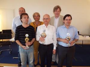 Siegerehrung: Bruno Löffler (Abtl. Schach SV Jedesheim), Dolf Wissmann (2. Rang), Marita Kaiser (1. Bürgermeisterin Illertissen), Arno Zude (Sieger), Axel Steinbrink (Turnierleiter Schwalbe), Boris Tummes (3. Rang)
