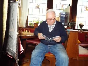 Hans Bognar (SC Burlafingen) studiert die Jedesheimer Vereinsnachrichten