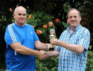 Siegerehrung: Turnierleiter Bernhard Jehle (re) überreicht Pokal an Uli Römer (li)