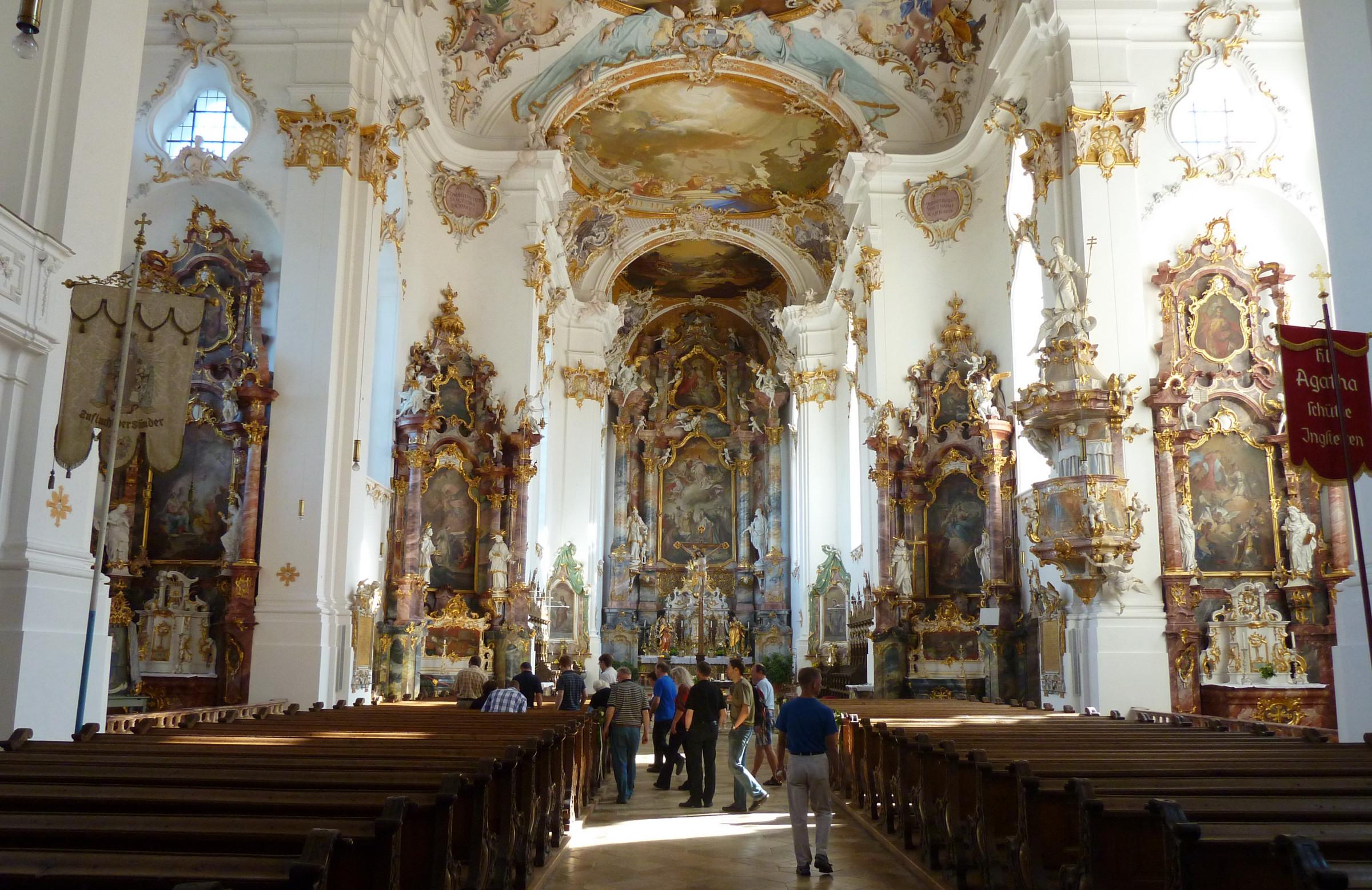 Teilnehmer in der imposanten Klosterkirche